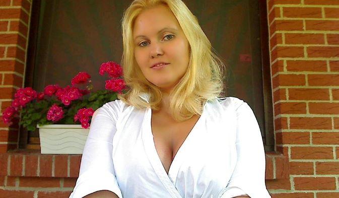 Die geile versaute Blondine sucht eine Affäre Hast Du Lust auf eine geile, versaute Blondine? Ich heiße Susi und bin 28 jahre alt und komme aus Frankfurt. Ich gehe mit dem Thema Sex ziemlich freizügig um und lebe meine Sexualität aus. Ich zeige mich gerne nackt und habe auch gerne Sex im Freien. Hast Du Lust darauf, vor mir Deinen dicken prallen Schwanz zu wichsen und Deine Wichse auf meinen geilen, heißen, Körper zu spritzen? Allein der Gedanke daran, lässt meine feuchte, enge Muschi richtig wach werden. Willst Du zuschauen, wie ich es mir so richtig besorge? Ich habe von mir einige geile Videos gemacht, wie ich es mir selbst besorge. Schau mir zu wie ich mit einem von meinen vielen Dildos meine feuchte Fotze und meinen geilen engen Arsch verwöhne. Am liebsten wäre mir natürlich ein richtiger harter Schwanz. Zurzeit bin aber Single und hatte schon länger keinen harten Penis mehr in meiner Muschi. Ich würde so gerne mal wieder so richtig geil Ficken. Ich liebe es im Freien in der Natur zu Bumsen. Komm doch mal auf mein Amateur Profil und schau dir meine ganzen Bilder und die Videos an. Wenn Du willst, dann können wir auch miteinander geil Chatten oder und für einen Fick verabreden. Vergiss aber Deinen geilen, prallen Schwanz nicht mitzunehmen! Deine Dirty Susi