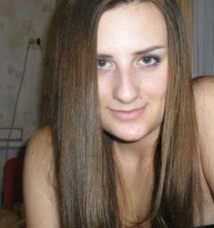 SuesseChrissy strippt live vor der Webcam. Echter Teen Porno