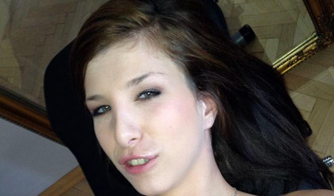 Emanuelle-HOTSEX – Dauergeiles Teengirl mit kleinen Titten