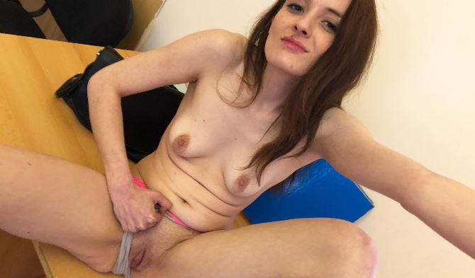 Amateur Community Girl Pia-Pipi mit ihrer Webcam und privaten NS & KV Videos